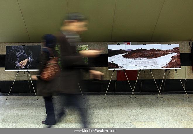تصویر اثر محیطی بزرگداشت ریچارد براتیگن در جزیره هرمز در مترو تهران